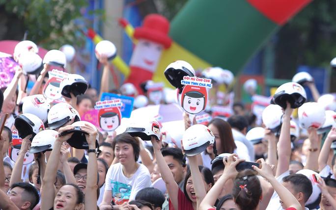 Phó Thủ tướng Trương Hoà Binh cùng 3.000 học sinh đi bộ vận động Đội mũ bảo hiểm cho trẻ em - Ảnh 8.