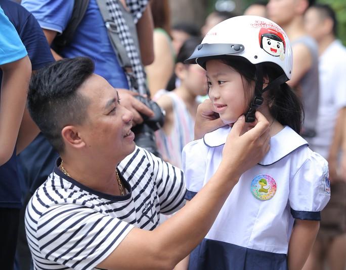 Phó Thủ tướng Trương Hoà Binh cùng 3.000 học sinh đi bộ vận động Đội mũ bảo hiểm cho trẻ em - Ảnh 10.