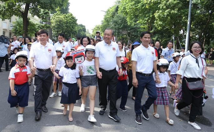 Phó Thủ tướng Trương Hoà Binh cùng 3.000 học sinh đi bộ vận động Đội mũ bảo hiểm cho trẻ em - Ảnh 2.