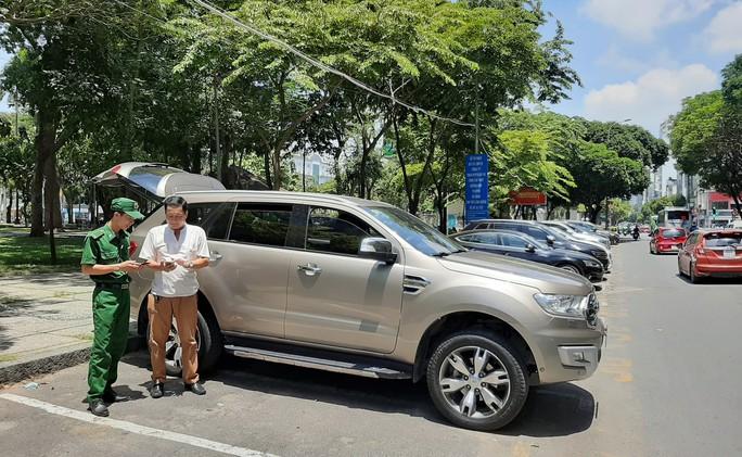 Mở rộng thu phí ôtô đậu dưới lòng đường toàn địa bàn TP HCM - Ảnh 2.