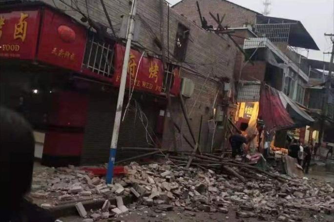 Trung Quốc: Động đất khiến 30 người thương vong, hàng trăm căn nhà hư hại - Ảnh 2.