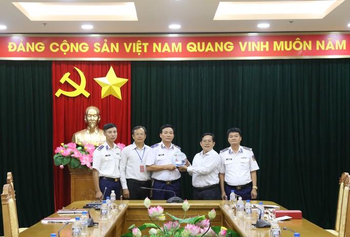 Chương trình Một triệu lá cờ Tổ quốc cùng ngư dân bám biển do Báo Người Lao Động triển khai rất ý nghĩa - Ảnh 1.