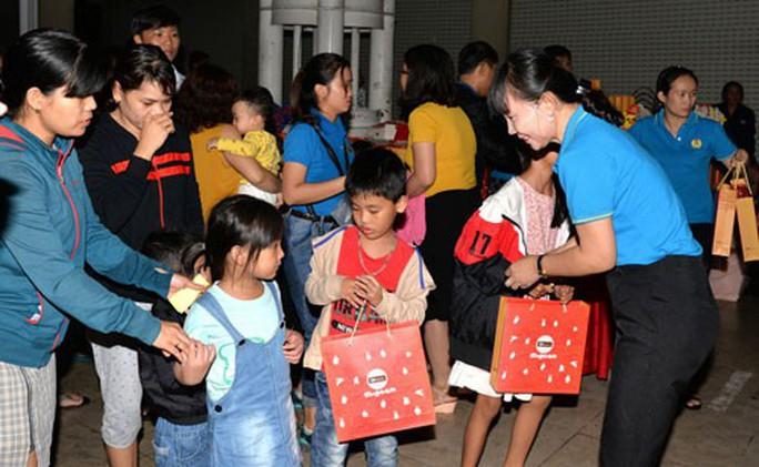 Bình Dương: 1.590 phần quà trung thu tặng con công nhân - Ảnh 1.