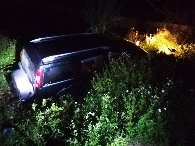 Ôtô 7 chỗ lao xuống mương, tài xế chết trên vô lăng, 2 người khác bị thương - Ảnh 1.