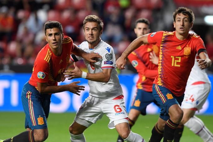 Sao thất sủng Barcelona tỏa sáng, Tây Ban Nha áp sát vòng chung kết EURO - Ảnh 2.