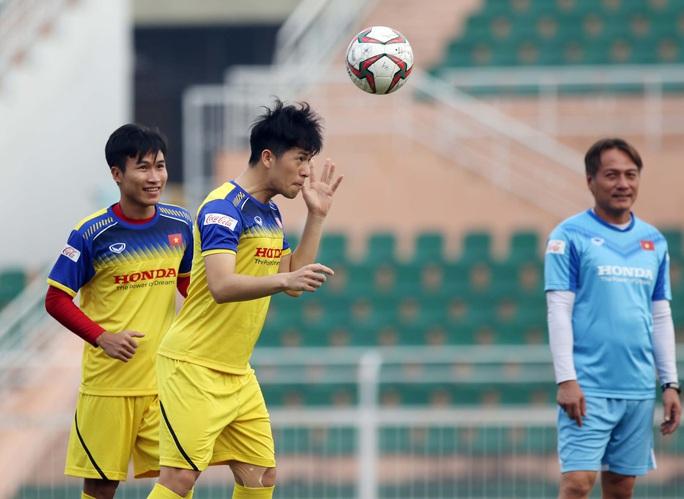 U23 Việt Nam chào năm mới bằng buổi tập bất chấp nắng gắt, sẵn sàng lên đường dự U23 châu Á - Ảnh 2.