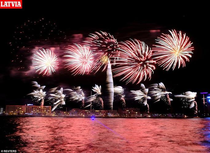 Ngất ngây với đại tiệc pháo hoa mừng năm mới 2020 ở trời Âu - Ảnh 12.