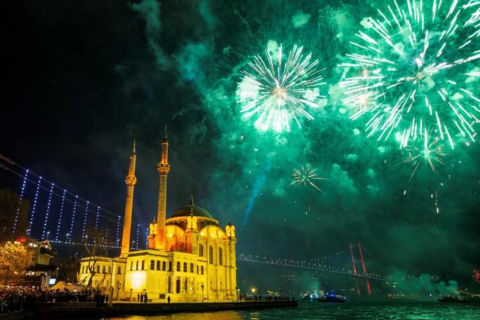 Ngất ngây với đại tiệc pháo hoa mừng năm mới 2020 ở trời Âu - Ảnh 6.
