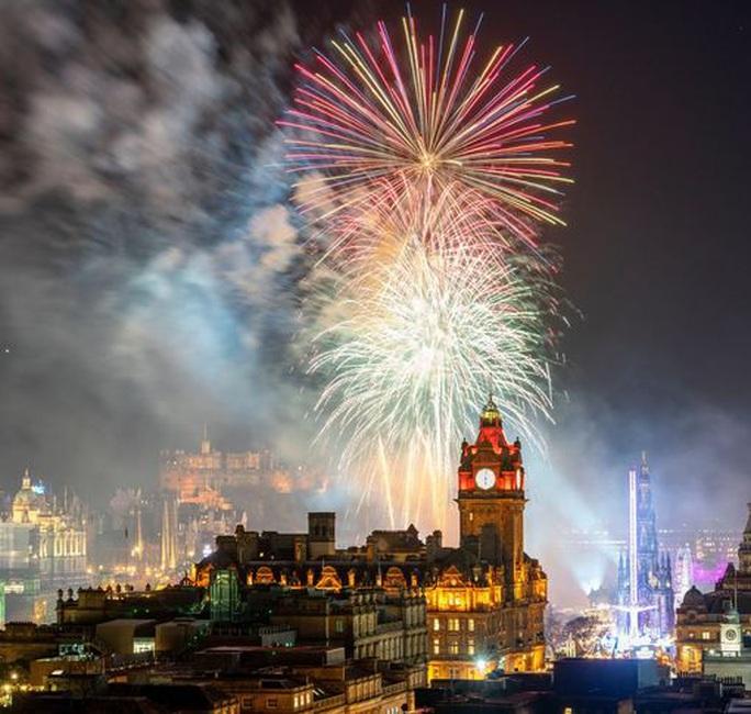 Ngất ngây với đại tiệc pháo hoa mừng năm mới 2020 ở trời Âu - Ảnh 8.