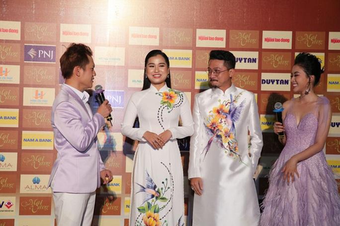 Vợ chồng Lâm Vỹ Dạ lao vào vòng tay fan mừng Mai Vàng - Ảnh 1.