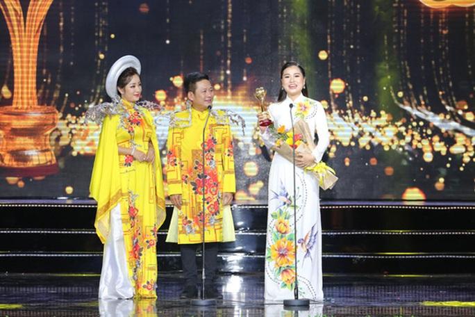 Vợ chồng Lâm Vỹ Dạ lao vào vòng tay fan mừng Mai Vàng - Ảnh 3.