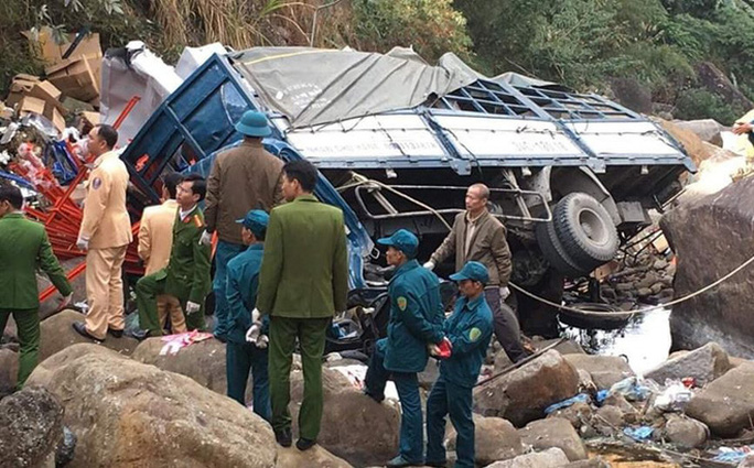 Xe tải rơi xuống vực sâu, 3 người tử vong - Ảnh 1.