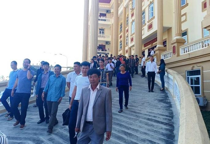 Vụ hỗn chiến ở biển Hải Tiến: Hàng chục người của Nhà hàng Hưng Thịnh 1 kéo tới tòa - Ảnh 3.
