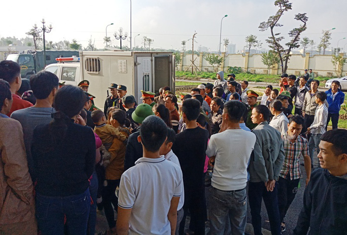 Vụ hỗn chiến ở biển Hải Tiến: Hàng chục người của Nhà hàng Hưng Thịnh 1 kéo tới tòa - Ảnh 2.