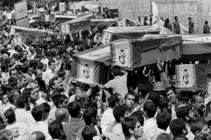 Từ vụ máy bay Ukraine rơi, quá khứ đau thương của Iran vang vọng - Ảnh 1.