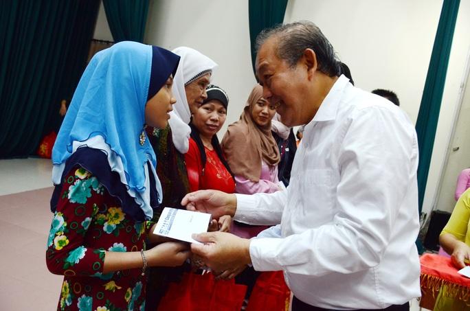 Phó Thủ tướng Thường trực Trương Hòa Bình tặng quà đồng bào dân tộc Chăm TP HCM - Ảnh 1.