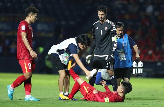 Clip sau trận hòa UAE: Tiến Dũng băng tay, Đức Chinh quấn cổ chân, Quang Hải nhăn nhó vì ê ẩm - Ảnh 2.