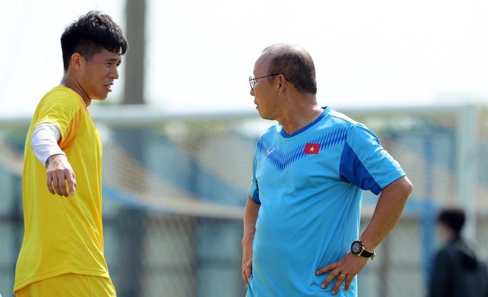 Sau trận UAE, Đình Trọng liên tục bị HLV Park Hang-seo uốn nắn dưới trời nắng gắt - Ảnh 2.