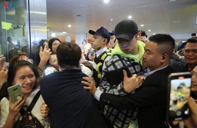 Fan Việt chen lấn, xô đẩy sao Hàn bị lên báo ngoại - Ảnh 4.