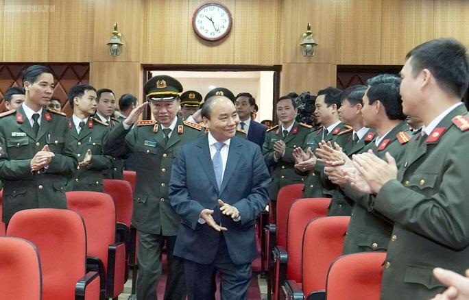Kiểm tra công tác cảnh vệ, Thủ tướng đề cập vụ Đồng Tâm - Ảnh 3.