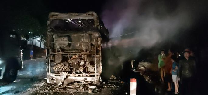 Xe giường nằm cháy trơ khung trên Quốc lộ 20 - Ảnh 3.