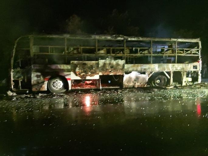 Xe giường nằm cháy trơ khung trên Quốc lộ 20 - Ảnh 2.