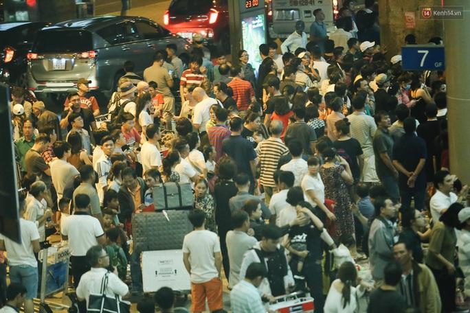 Biển người đang dồn về sân bay Tân Sơn Nhất - Ảnh 1.