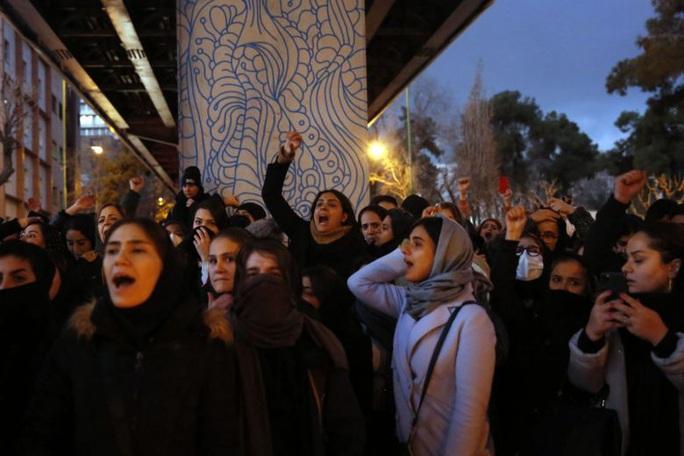 Iran: Biểu tình phản đối chính quyền bùng phát, đại sứ Anh bị bắt giữ - Ảnh 1.