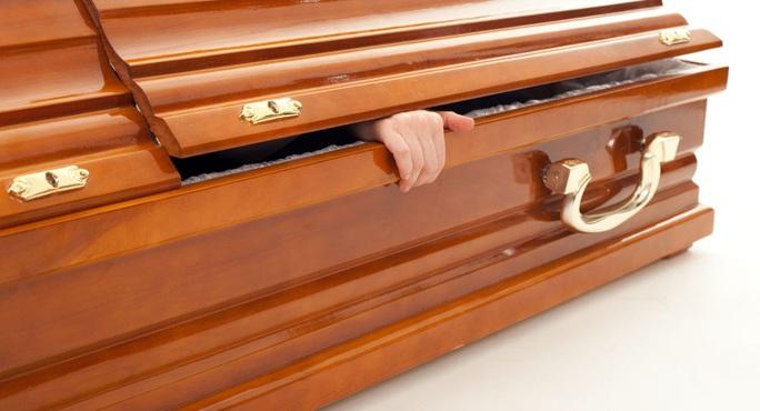 Cả nhà tất bật lo đám tang, người chết bất ngờ... mở mắt - Ảnh 1.