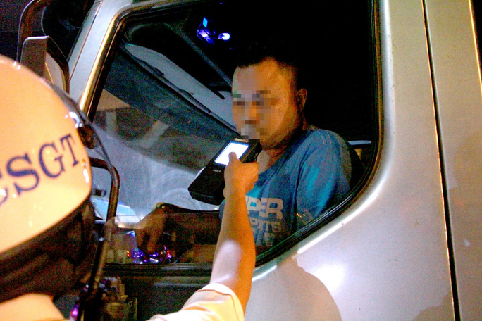 TP HCM: Hàng trăm tài xế ôm hận vì nồng độ cồn - Ảnh 2.