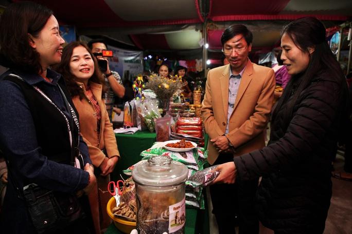 Phiên chợ vùng cao bày bán nhiều sản vật của địa phương