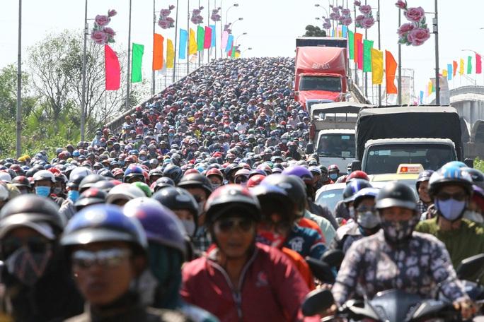 Và đây là cảnh dòng xe chôn chân trên Quốc lộ 1, đoạn qua tỉnh Tiền Giang trở lại TP HCM sau dịp Tết năm 2019