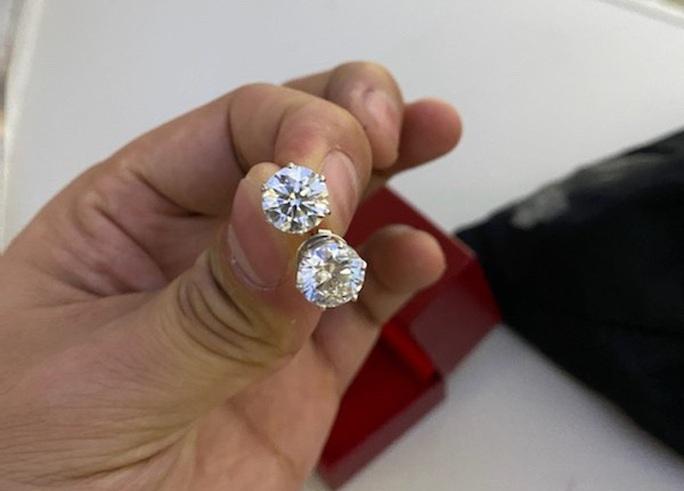 Chiếc túi đen chứa nhiều trang sức kim cương, đồng hồ hàng hiệu để quên trên máy bay - Ảnh 2.