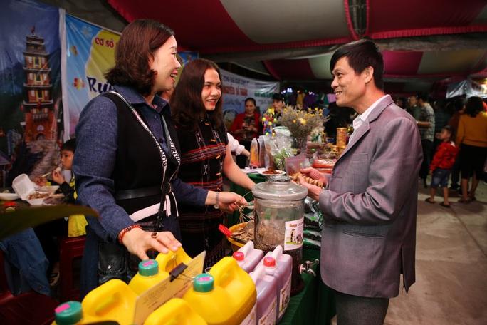 Phiên chợ lần này có trên 30 gian hàng bày bán các sản vật địa phương