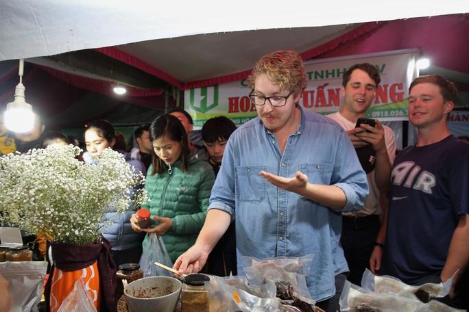 Du khách nước ngoài thích thú tại phiên chợ vùng cao