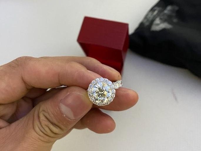 Chiếc túi đen chứa nhiều trang sức kim cương, đồng hồ hàng hiệu để quên trên máy bay - Ảnh 5.