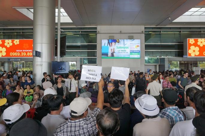 Đón người thân ở sân bay: Có nhiều cách để thể hiện tình cảm - Ảnh 1.