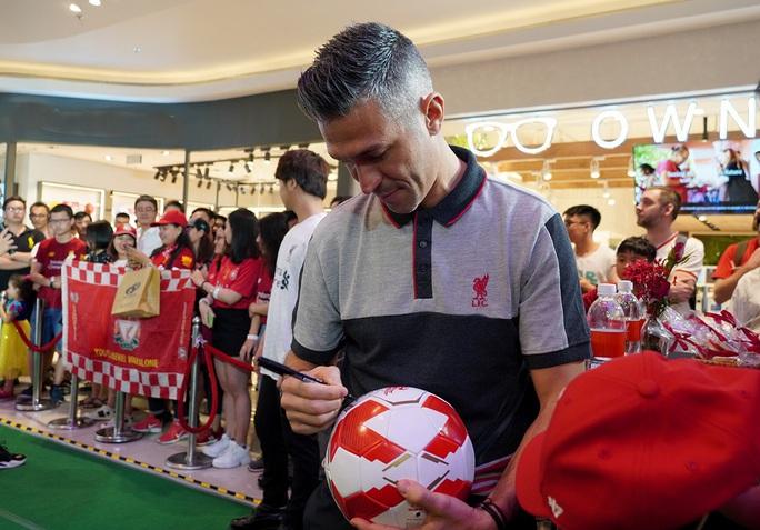 Cựu danh thủ Luis Garcia giới thiệu cúp Champions League ở Việt Nam - Ảnh 3.