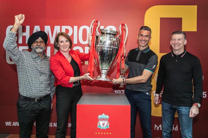 Cựu danh thủ Luis Garcia giới thiệu cúp Champions League ở Việt Nam - Ảnh 1.