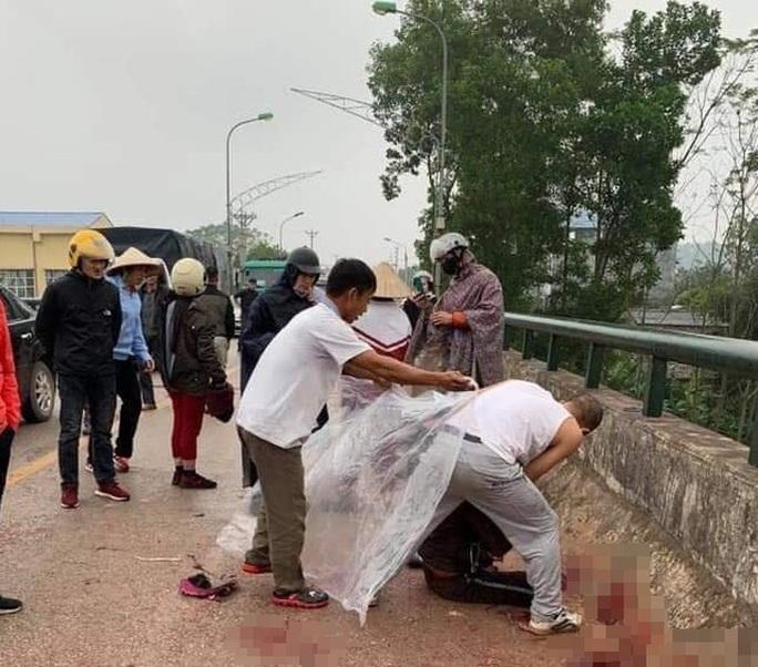 Đang chở con nhỏ, người phụ nữ bất ngờ bị người đàn ông ép xe, chém trọng thương - Ảnh 1.