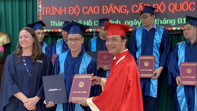 Trao bằng tốt nghiệp cho 46 sinh viên chương trình chuyển giao từ Australia - Ảnh 1.