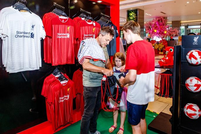 Cựu danh thủ Luis Garcia giới thiệu cúp Champions League ở Việt Nam - Ảnh 5.
