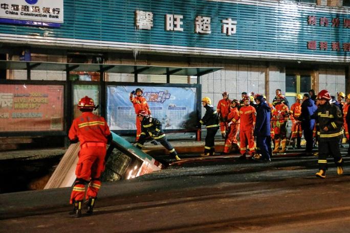 Hố tử thần nuốt chửng xe buýt, 6 người thiệt mạng - Ảnh 1.