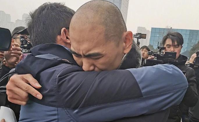 Bỗng dưng được thả sau 13 năm ngồi tù vì cưỡng hiếp và giết người - Ảnh 1.