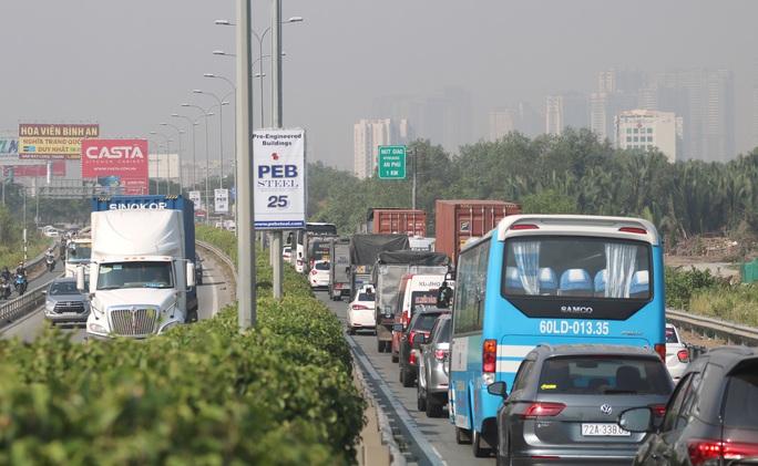 CLIP: 1 xe bốc cháy, cao tốc TP HCM - Long Thành - Dầu Giây kẹt kinh hoàng - Ảnh 3.