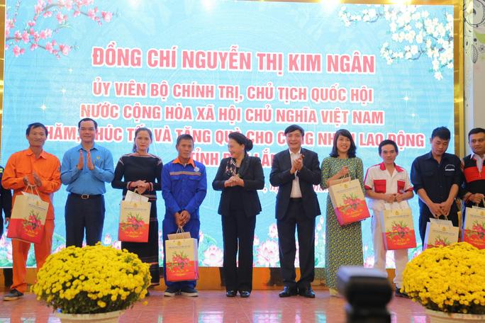 Chủ tịch Quốc hội tặng quà cho đoàn viên, công nhân lao động Đắk Lắk - Ảnh 1.