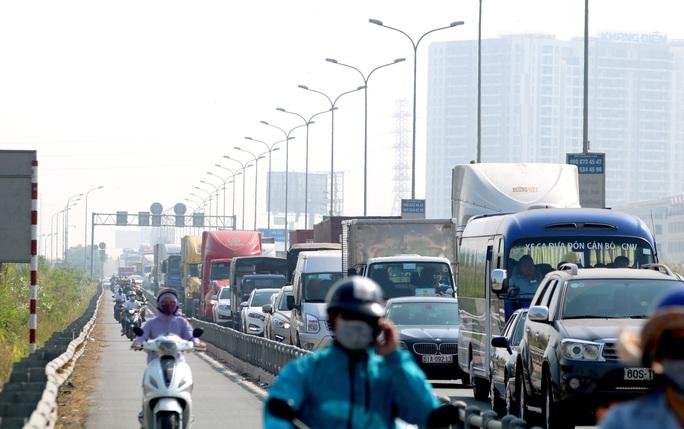 CLIP: 1 xe bốc cháy, cao tốc TP HCM - Long Thành - Dầu Giây kẹt kinh hoàng - Ảnh 6.