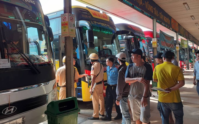 Vi phạm nồng độ cồn mới sáng sớm, lái xe giường nằm bị chặn ngay Bến xe Miền Đông - Ảnh 2.