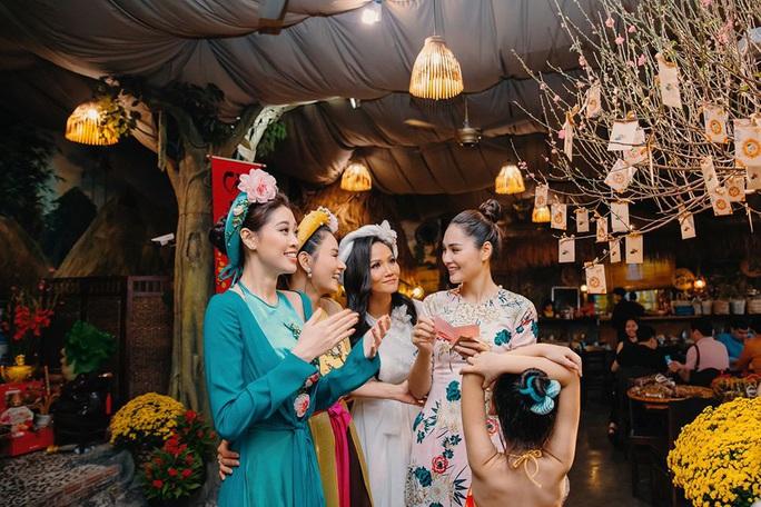 Nghệ sĩ Việt đua nhau khoe sắc trong loạt ảnh Tết - Ảnh 25.