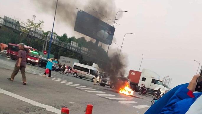 CLIP: 1 xe bốc cháy, cao tốc TP HCM - Long Thành - Dầu Giây kẹt kinh hoàng - Ảnh 2.